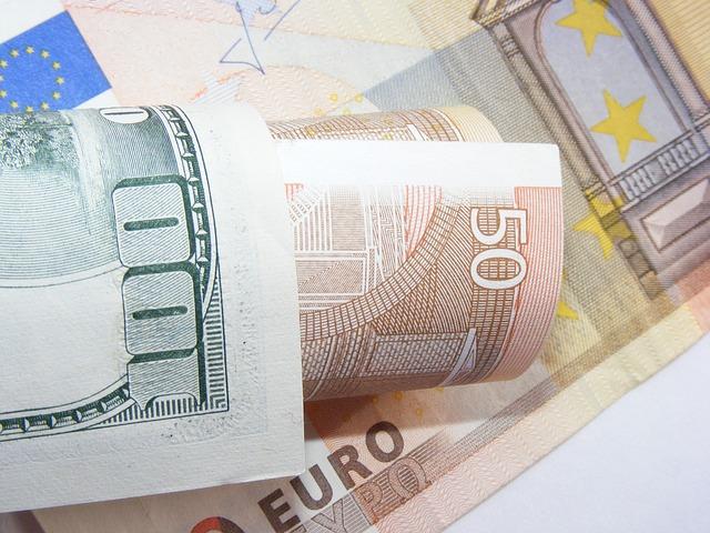 papírové eurové bankovky