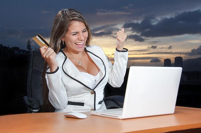 žena, radost, notebook, platební karta