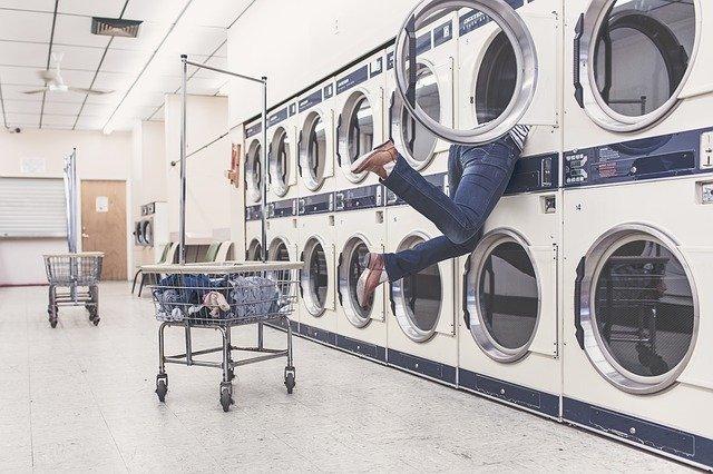 praní prádla v prádelně