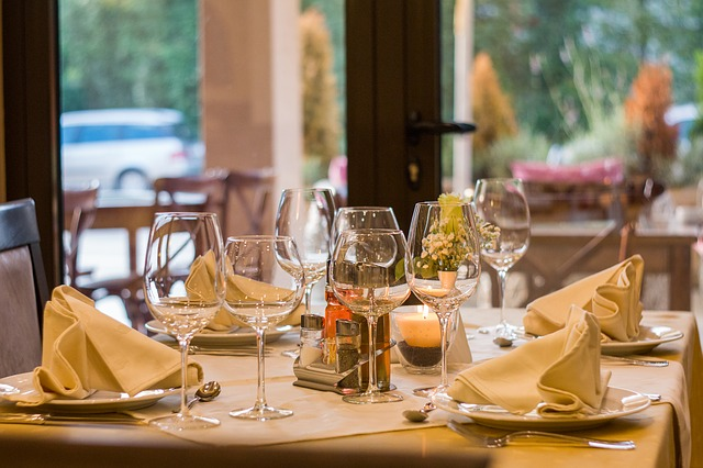 stůl v restauraci.jpg