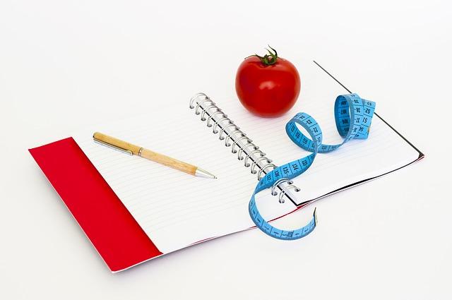 zápisník, rajče a metr.jpg