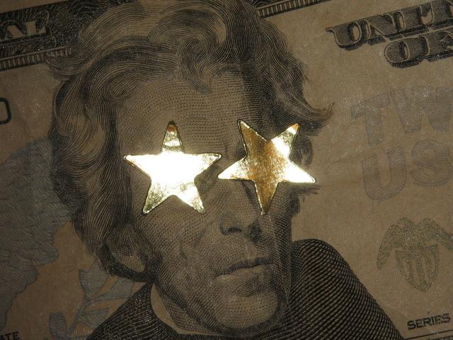 třpytivé hvězdy přilepené na bankovce