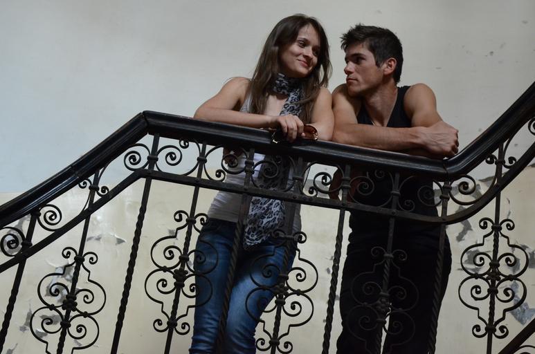 dvojice na schodech
